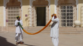 An Knot-Dyed Turban Wrapping Demonstration in Jodhpur (Credit: MCArnott)
