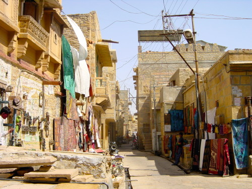Shops and stalls line a street in Jaisalmer (Credit: MCArnott)