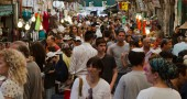 Mahane Yehuda market fills with people on a Friday afternoon (Photo by Rachael Cerrotti)