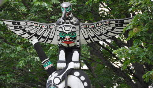 The mythical thunderbird was the crest of powerful chiefs. This one stands in Stanley Park and is the 1987 replica of an older post now displayed at Vancouver Museum. (Photo credit: MCArnott)