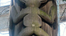 Detail of a frog symbol on a pole at the Vancouver Airport (Credit: MCArnott)